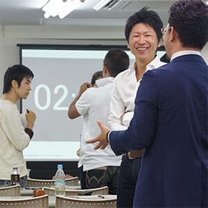 デジタルマーケティングセミナー参加者と講師の談笑中の様子